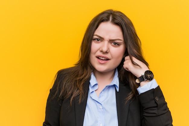 Jong plus grootte kaukasische bedrijfsvrouw die een teleurstellende gebaar met wijsvinger toont. Premium Foto