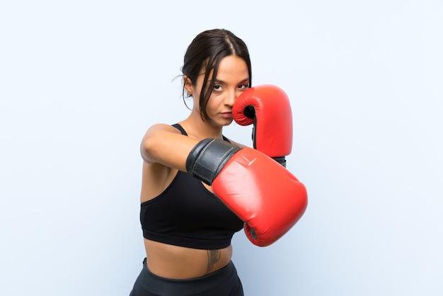 Jong sportmeisje met bokshandschoenen Premium Foto