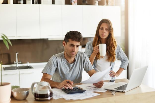Jong stel dat hun gezinsbudget controleert Gratis Foto