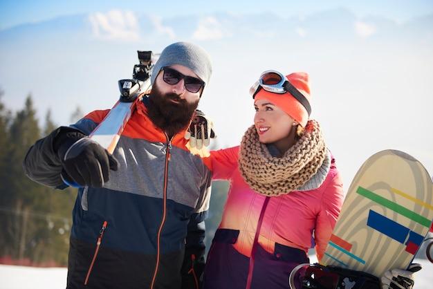 Jong stel op de skireis Gratis Foto