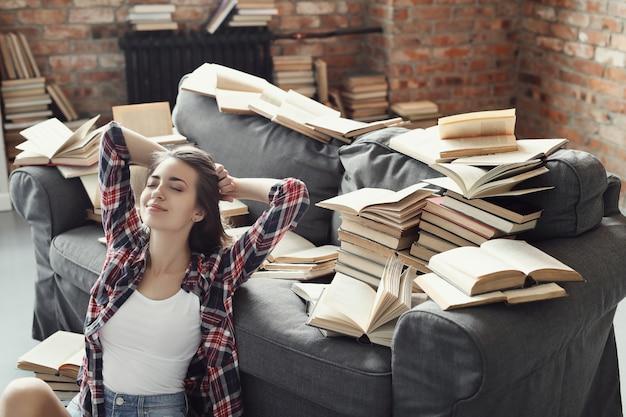 Jong tienermeisje dat een boek thuis leest Gratis Foto