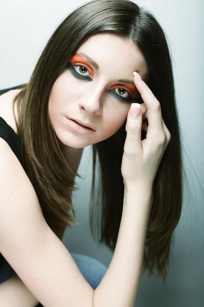 Jong vrouwelijk gezicht met heldere mode veelkleurige make-up Premium Foto