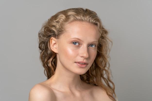 Jong vrouwengezicht met blauwe ogen Premium Foto