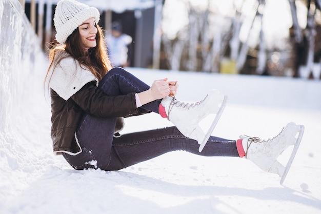 Jong vrouwenijs die op een piste in een stadscentrum schaatsen Gratis Foto
