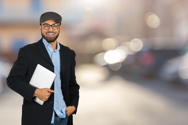 Jong zwart mannelijk holding laptop isolated portret Premium Foto