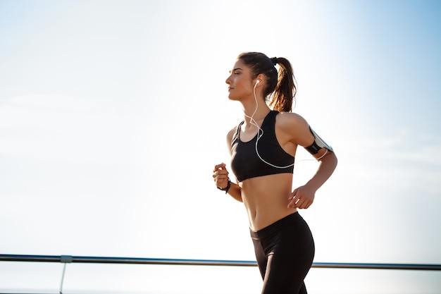 Jonge aantrekkelijke fitness meisje joggen Gratis Foto