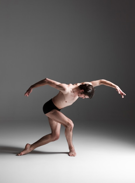 Jonge aantrekkelijke moderne balletdanser Gratis Foto