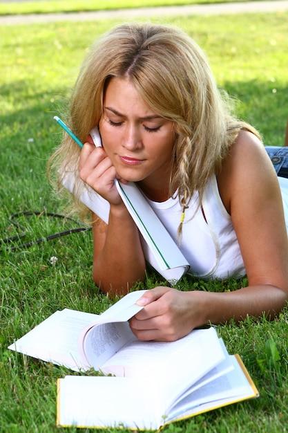 Jonge aantrekkelijke student die het boek leest Gratis Foto