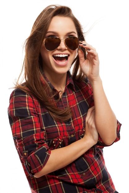 Jonge aantrekkelijke vrouw in shirt en zonnebril Gratis Foto