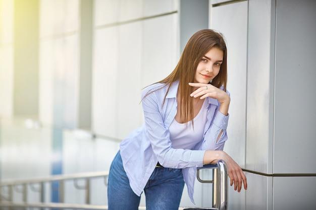 Jonge aantrekkelijke vrouwenglimlachen op een de zomerdag. Premium Foto