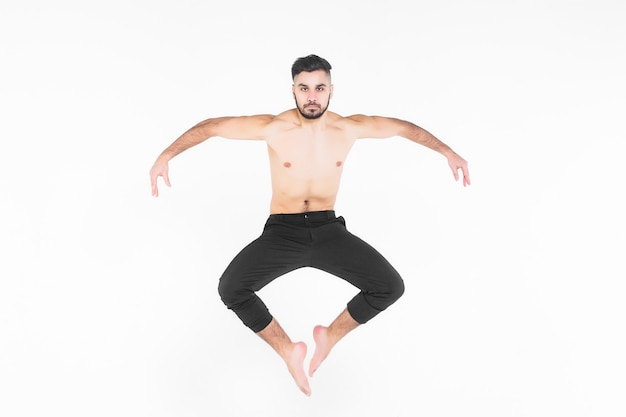 Jonge, acrobaatmens die oefening in de lucht doen Premium Foto