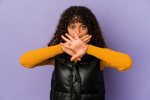 Jonge afrikaanse amerikaanse afrovrouw die een ontkenningsgebaar doet Premium Foto