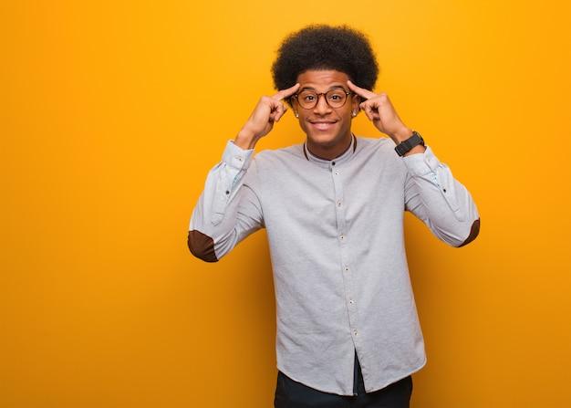 Jonge afrikaanse amerikaanse mens die een concentratiegebaar doet Premium Foto