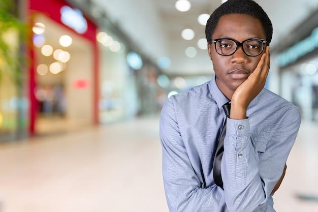 Jonge afrikaanse amerikaanse mens die een idee heeft Premium Foto