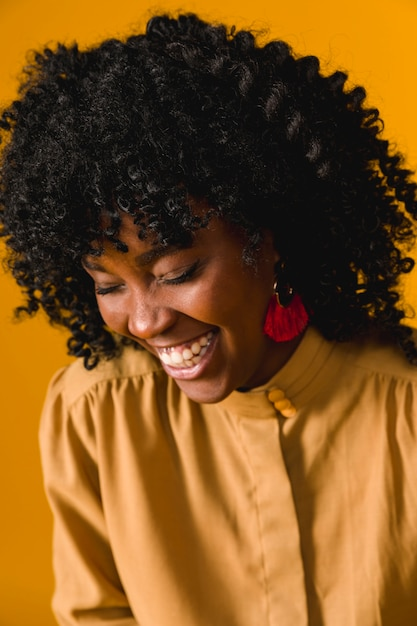 Jonge afrikaanse amerikaanse vrouw die met gesloten ogen lacht Gratis Foto