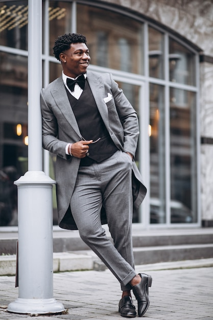 Jonge afrikaanse zakenman in stijlvolle pak Gratis Foto