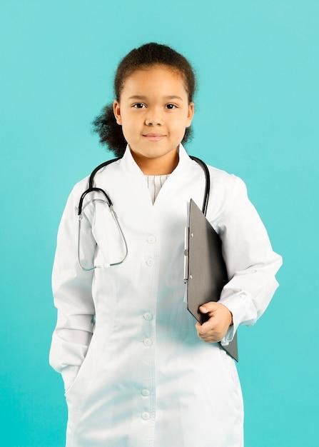 Jonge afro-amerikaanse arts vooraanzicht Gratis Foto