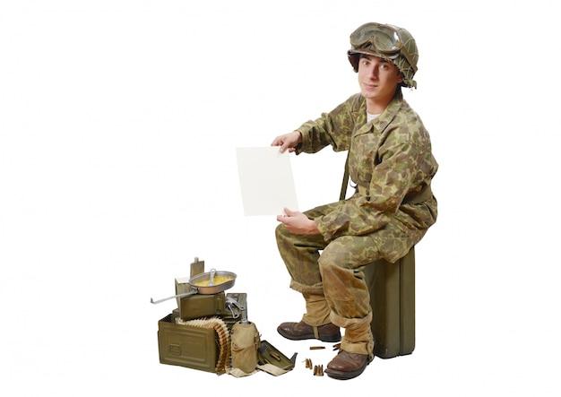 Jonge amerikaanse soldaat toont een brief Premium Foto