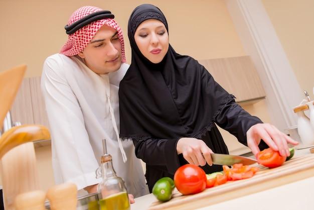 Jonge arabische familie in de keuken Premium Foto