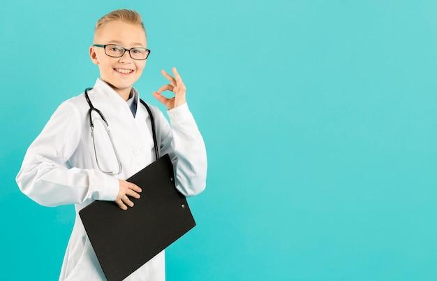 Jonge arts die ok teken toont Gratis Foto