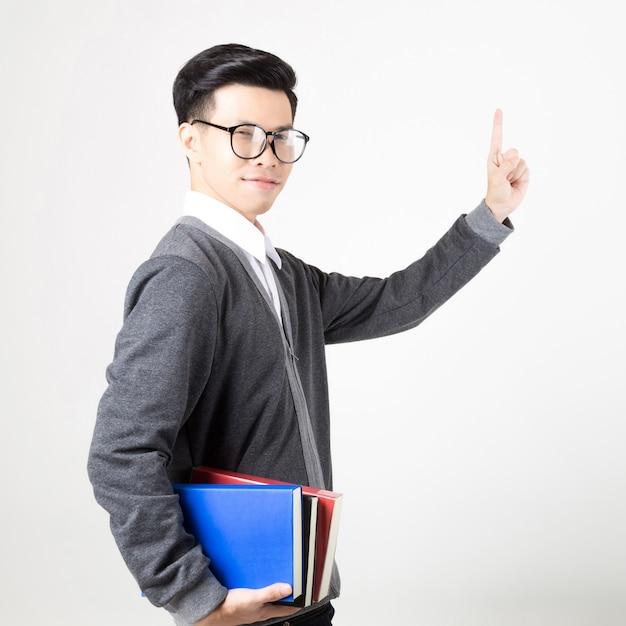 Jonge aziatische afgestudeerde student met accessoires van leren. studio opname op een witte achtergrond. concept voor het onderwijs Premium Foto