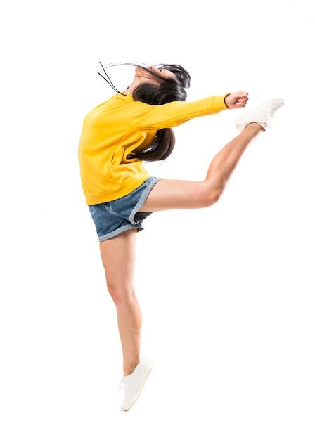 Jonge aziatische danser over geïsoleerde witte muur Premium Foto