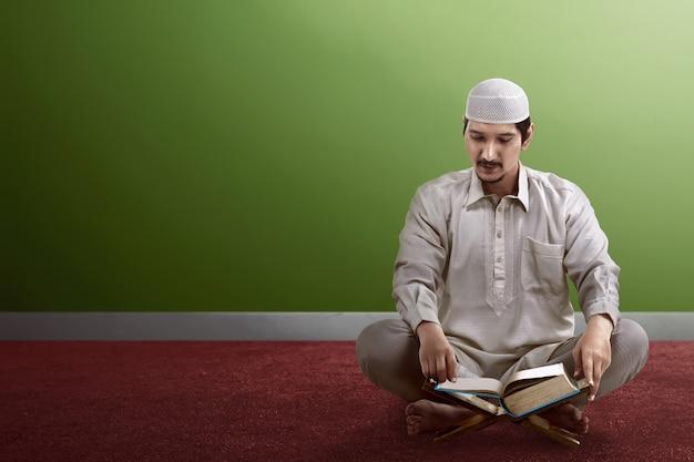 Jonge aziatische moslimmensen die koran lezen Premium Foto
