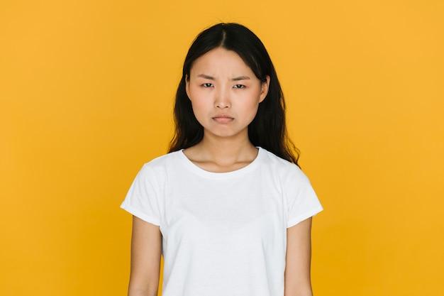 Jonge aziatische vrouw die boos is Gratis Foto