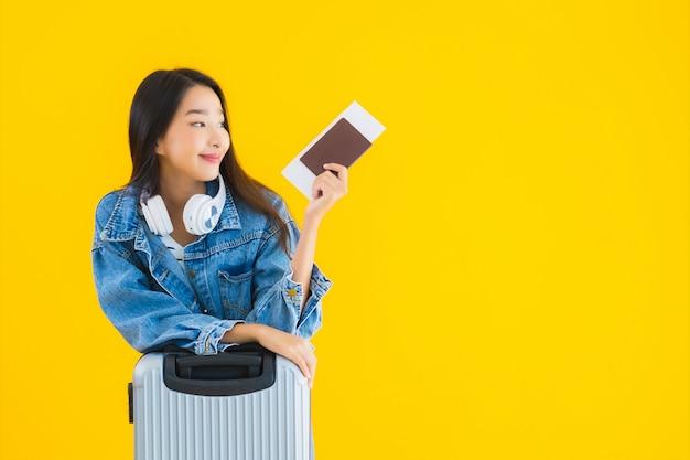 Jonge aziatische vrouw met bagage tas en paspoort Gratis Foto