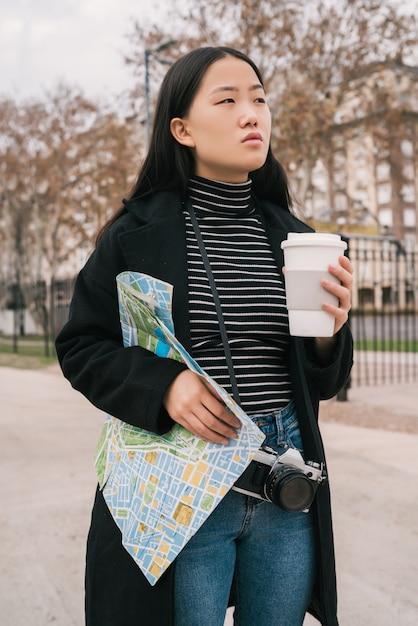 Jonge aziatische vrouw met een kaart. Gratis Foto