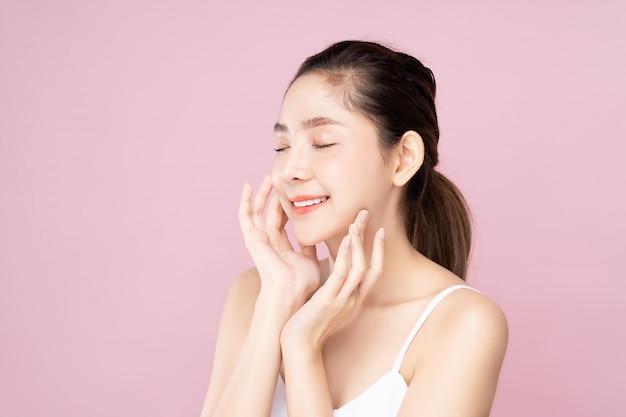 Jonge aziatische vrouw met schone frisse witte huid aan te raken haar eigen gezicht sluitende ogen Premium Foto