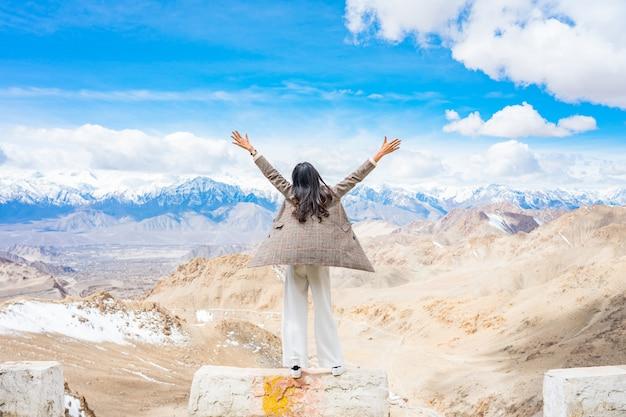 Jonge aziatische vrouw reiziger genieten van het uitzicht op de stad leh ladakh Premium Foto