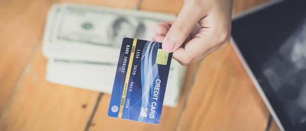 Jonge aziatische vrouw werd besloten om met creditcards te betalen in plaats van contant. Premium Foto