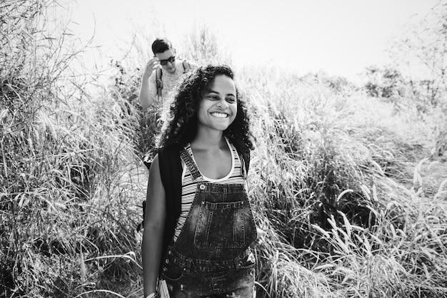 Jonge backpackers die in aard reizen Premium Foto