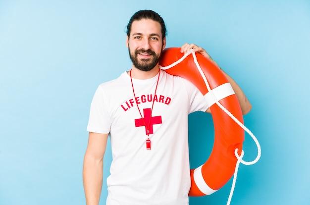 Jonge badmeester man met een reddingsvlotter geïsoleerd blij, lachend en vrolijk. Premium Foto