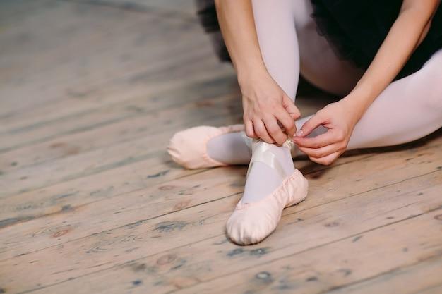 Jonge ballerina in zwarte jurk treinen achter de schermen. Premium Foto
