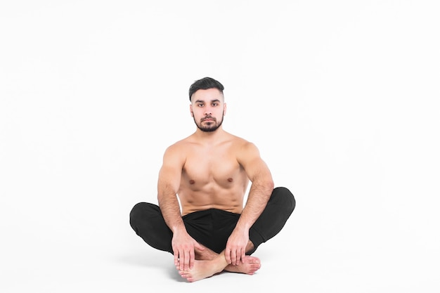 Jonge, balletmens die op uit op lotusbloem zit Premium Foto