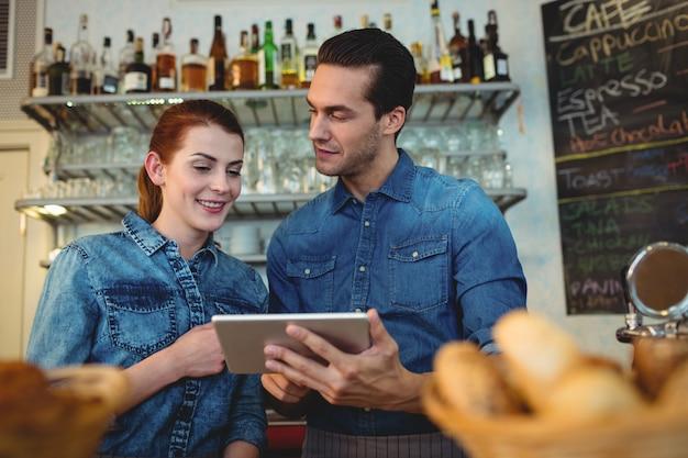 Jonge barista's met digitale tablet in café Premium Foto