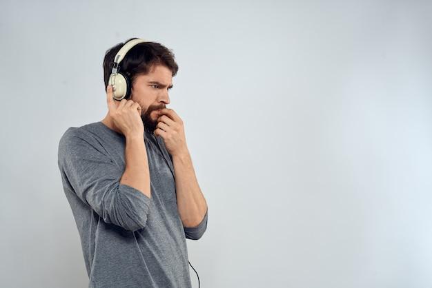 Jonge, bebaarde man met koptelefoon Premium Foto