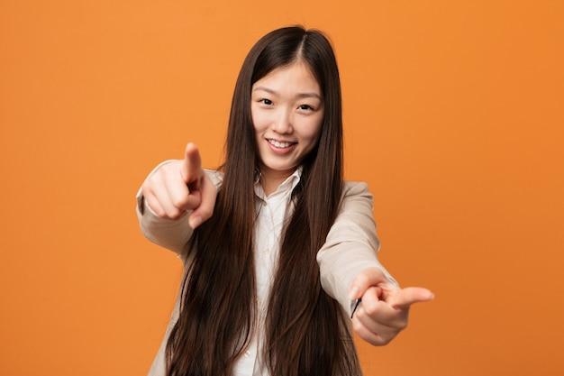 Jonge bedrijfs chinese vrouwen vrolijke glimlachen die aan voorzijde richten. Premium Foto