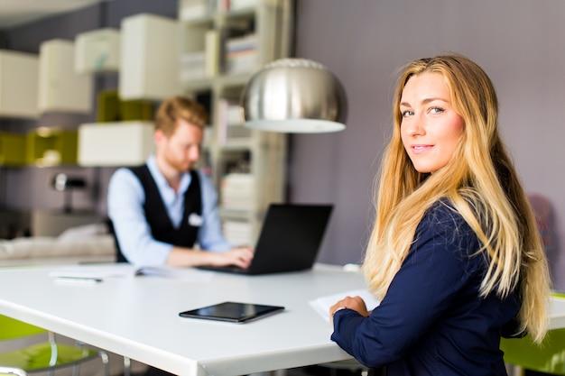Jonge bedrijfsmensen in de ruimte Premium Foto