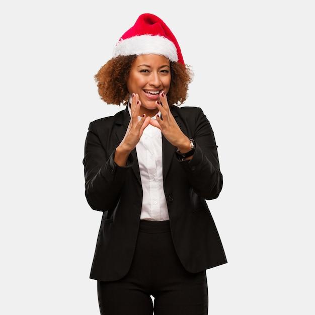 Jonge bedrijfsvrouw die een hoed dragen die van chirstmassanta een plan ontwerpen Premium Foto