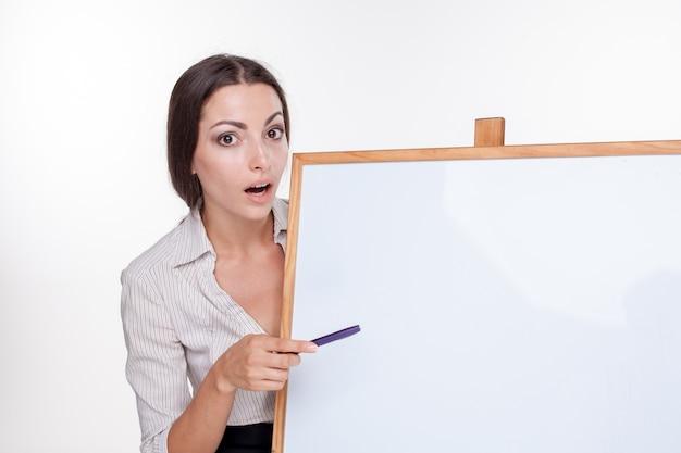 Jonge bedrijfsvrouw die iets op wit toont Gratis Foto