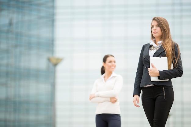 Jonge bedrijfsvrouwen voor de bureaubouw Premium Foto