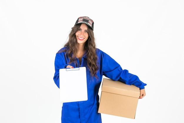 Jonge bezorger met doos en klembord Gratis Foto