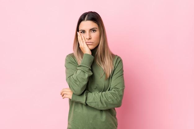 Jonge blanke geïsoleerde vrouw die zich verveelt, moe is en een relaxdag nodig heeft. Premium Foto