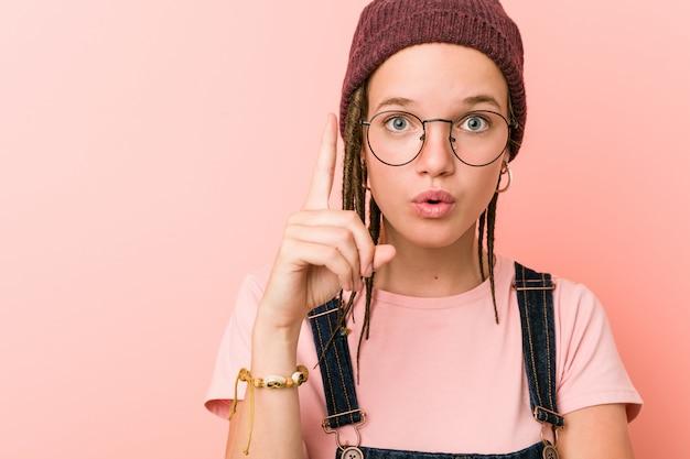 Jonge blanke hipster vrouw met een geweldig idee, van creativiteit. Premium Foto