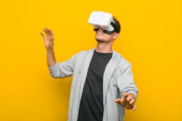 Jonge blanke man met behulp van een virtual reality-bril Premium Foto