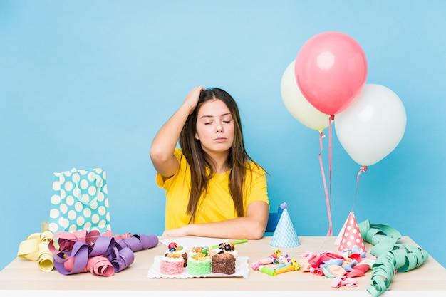 Jonge blanke vrouw die een verjaardag organiseert die geschokt is, heeft ze een belangrijke vergadering onthouden. Premium Foto