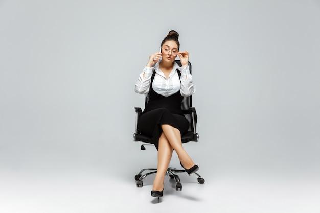 Jonge blanke vrouw in vrijetijdskleding. lichaam positief vrouwelijk karakter, plus size zakenvrouw Gratis Foto